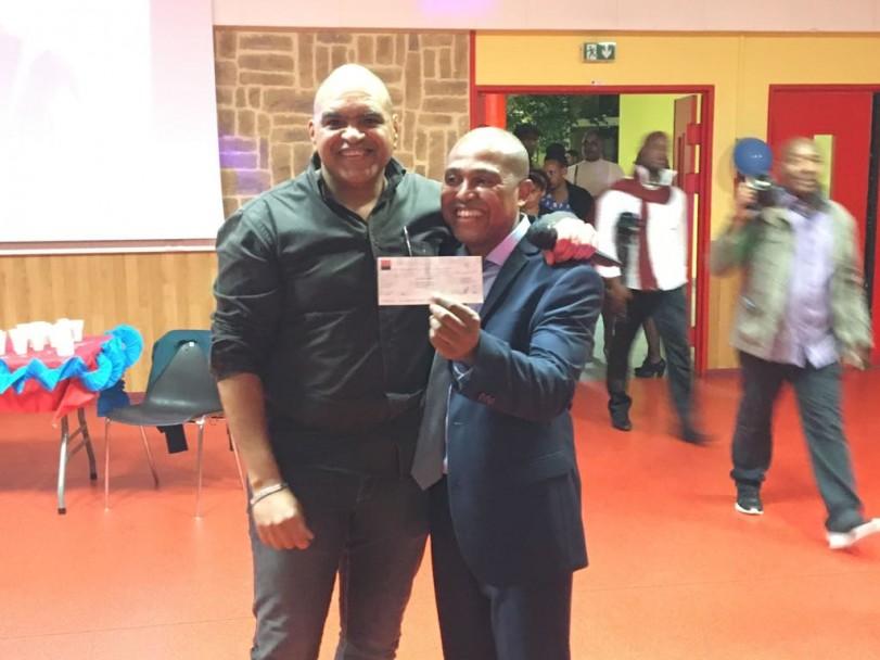 Le Responsable des Relations Internationales de la FEDHE, Monsieur Jean-Pierre Roy remets un cheque de 500 euros au président de l'association CHIV-HAITI au nom de la FHS et de la FEDHE