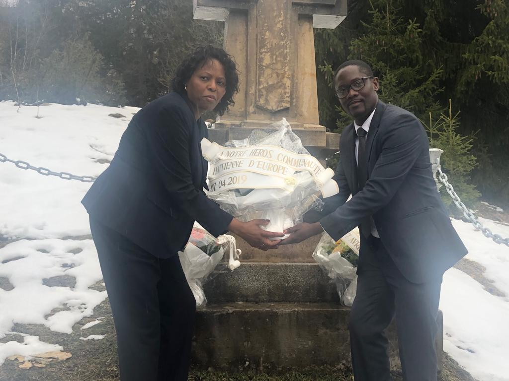 Dépôt d'une gerbe de fleurs sur le mémorial de Toussaint LOUVERTURE par le président de la FEDHE, M. Jocelyn JEAN LOUIS et la présidente de la PAFHA, Mme Esther SAINT VILLE